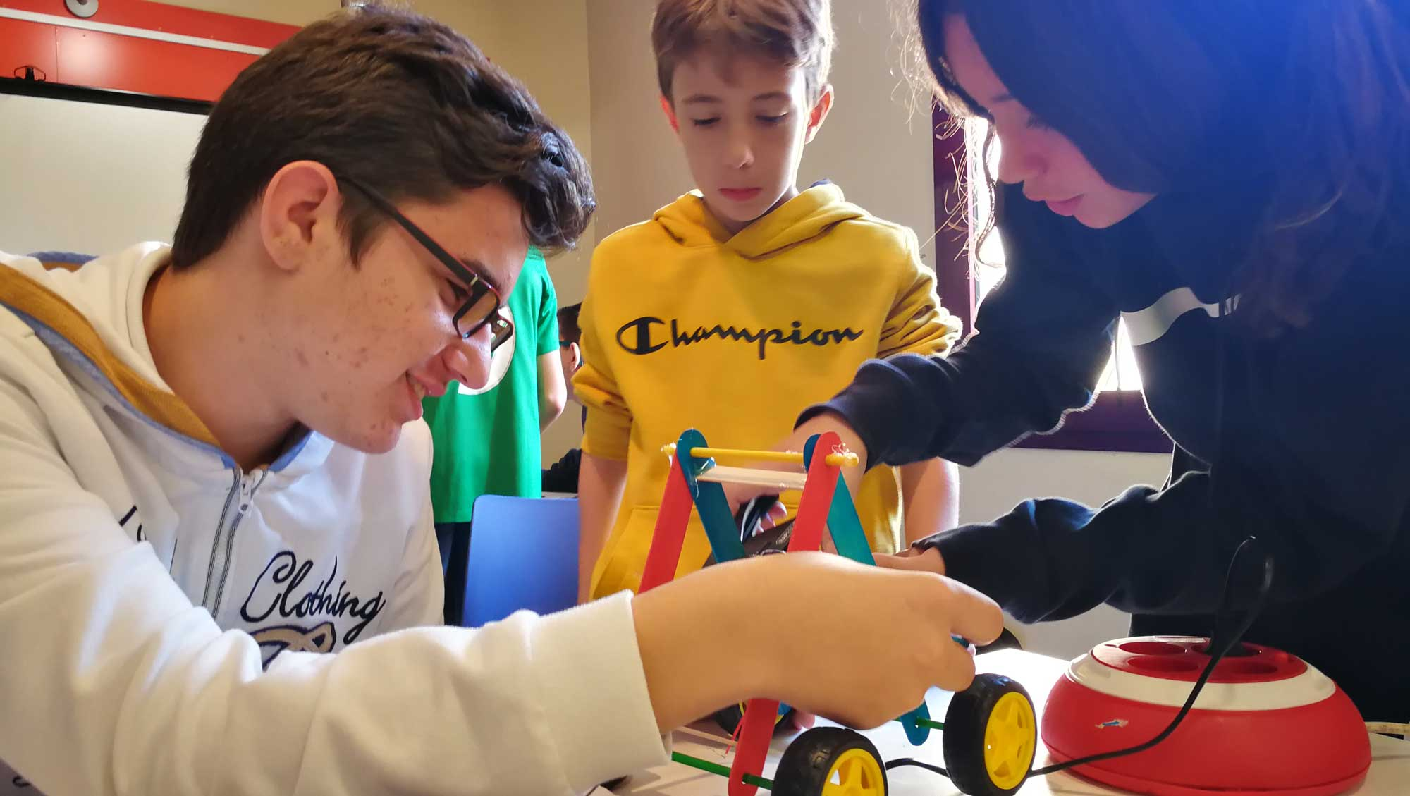 Alumnes de Codelearn construint un robot Autoworm