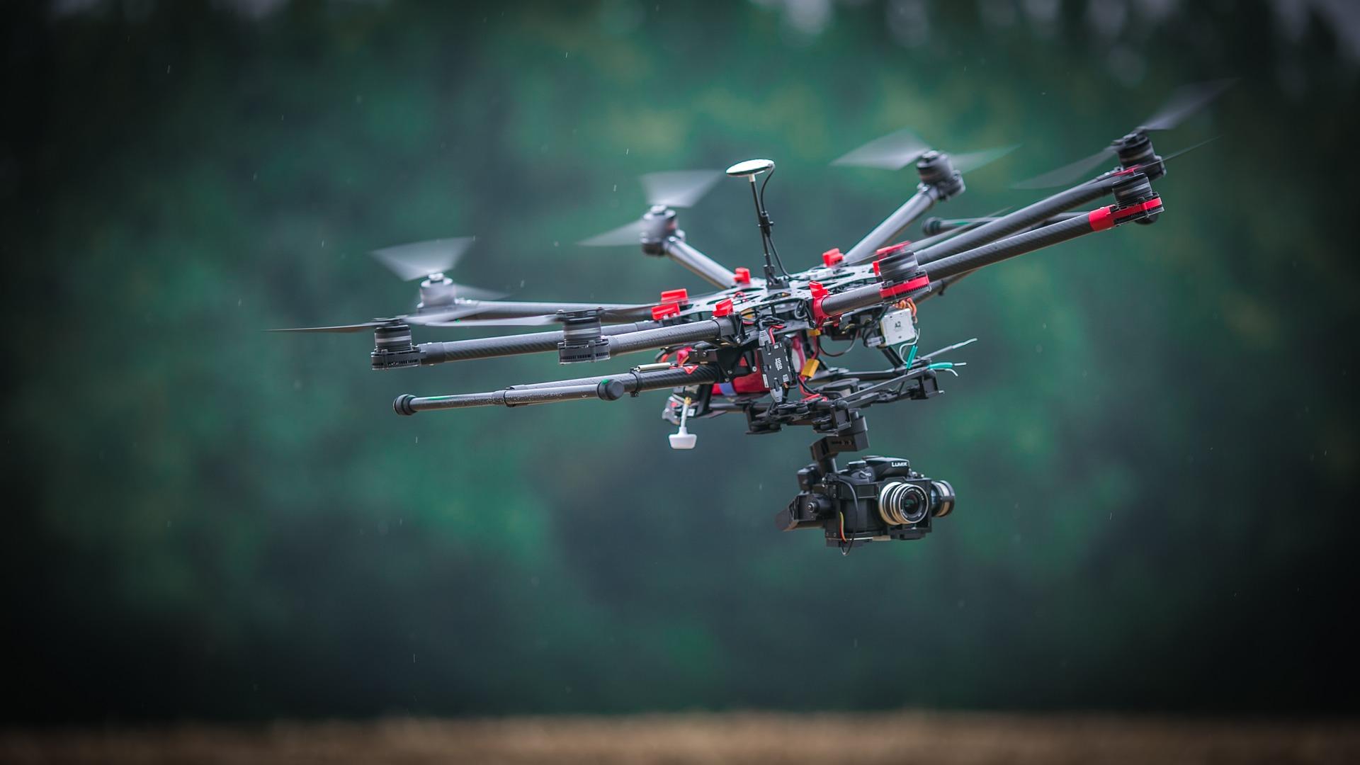 Els drons es troben dins del grup dels Vehicles Aeris No Tripulats (VANT), és a dir, no tenen pilot i es poden controlar remotament o de manera autònoma.