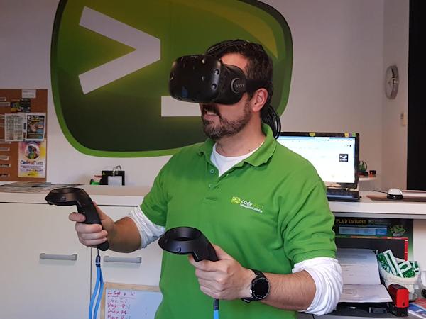 La realitat virtual és una realitat artificial que es percep com a real i el seu objectiu és substituir la realitat que ens envolta a través de dispositius que ens facin creure que estem a un altre lloc.